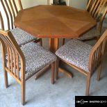 Hajdúböszörményben 2db bíszró asztal 8db párnázott székkel eldó !