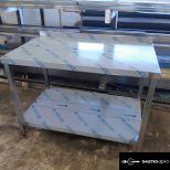 Rozsdamentes asztal alsó polccal, hátsó peremmel raktárról